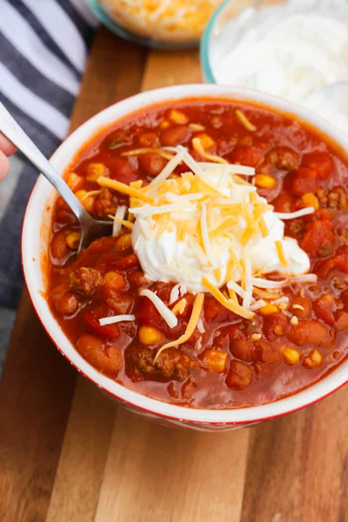 Super Simple Chili with sour cream and cheese
